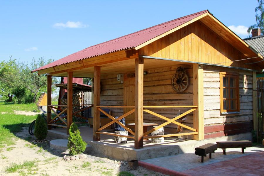 Баня – практически обязательный элемент всех агроусадеб. Внутри находится и душ для оперативных чисток перьев и пёрышек.