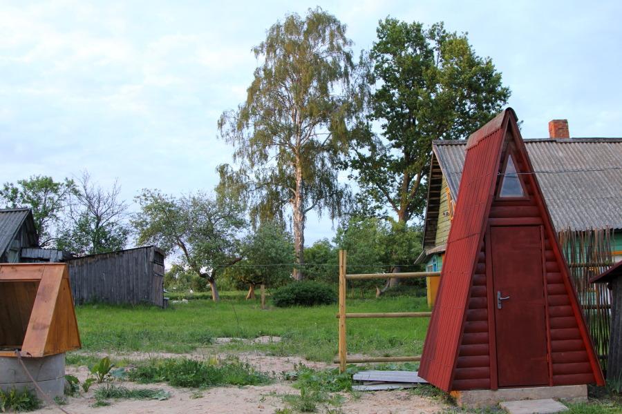 Если посмотреть на участок в предзакатной перспективе, то весь комплекс выглядит так: туалет, баня, дом
