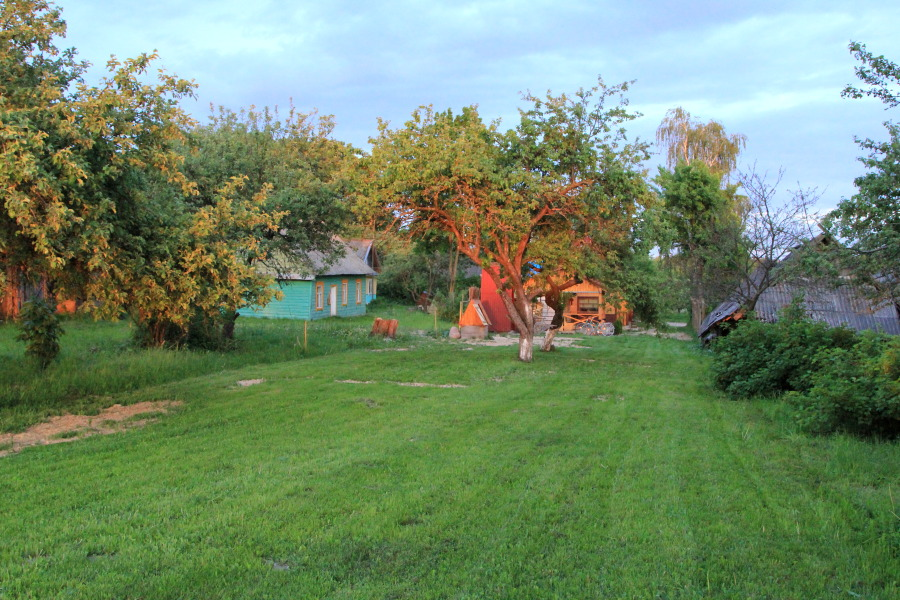 Между яблонями висит гамак, а у крыльца бани просматриваются два велосипеда (роверы, по-местному), ставшие незаменимым подспорьем в изучении окрестностей